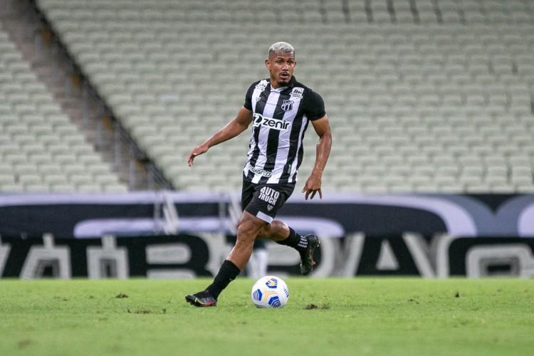 Volante Fernando Sobral com a bola no jogo Ceará x Juventude, na Arena Castelão, pelo Campeonato Brasileiro Série A (Foto: Felipe Santos/CearaSC)