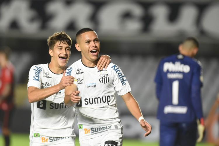 Atacante Marcos Guilherme comemora gol no jogo Santos x Athletico-PR, na Vila Belmiro, pela Série A (Foto: Ivan Storti/Santos FC)