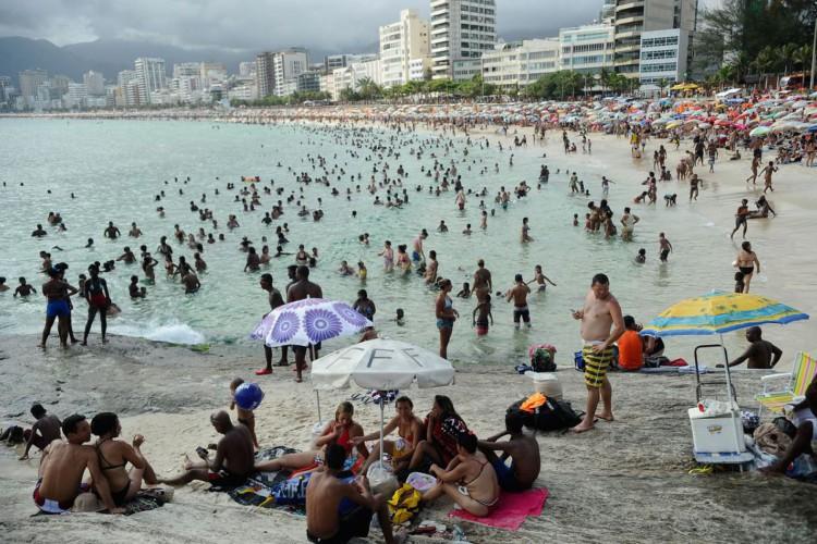 Cariocas e turistas lotam praias do Rio em dia de altas temperaturas (Tomaz Silva/Agência Brasil) (Foto: Agência Brasil/Tomaz Silva)