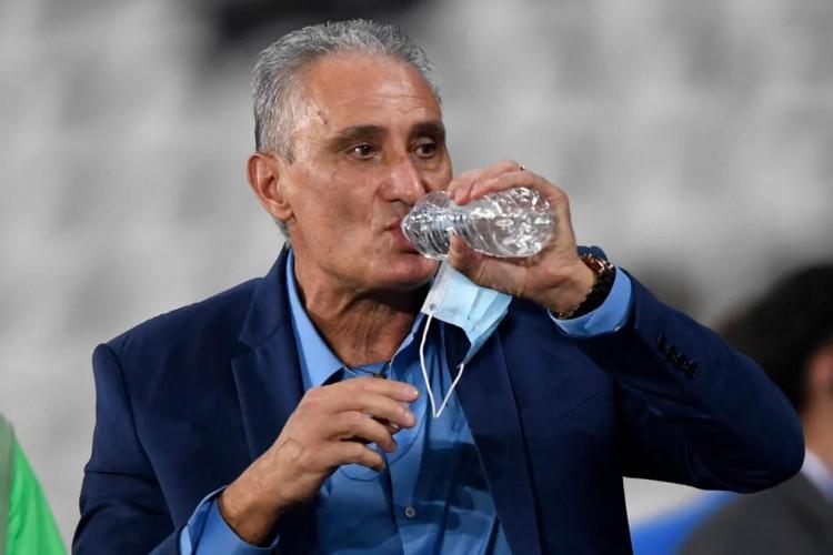 Tite acredita que a oscilação do Brasil se deu pela equipe não marcar o segundo gol (Foto: Carl de Sousa/AFP)