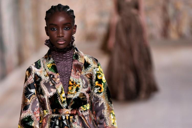 Dior apresenta coleção Women's Fall-Winter 2021-2022 na Semana de Alta-Costura de Paris (Foto: STEPHANE DE SAKUTIN / AFP)