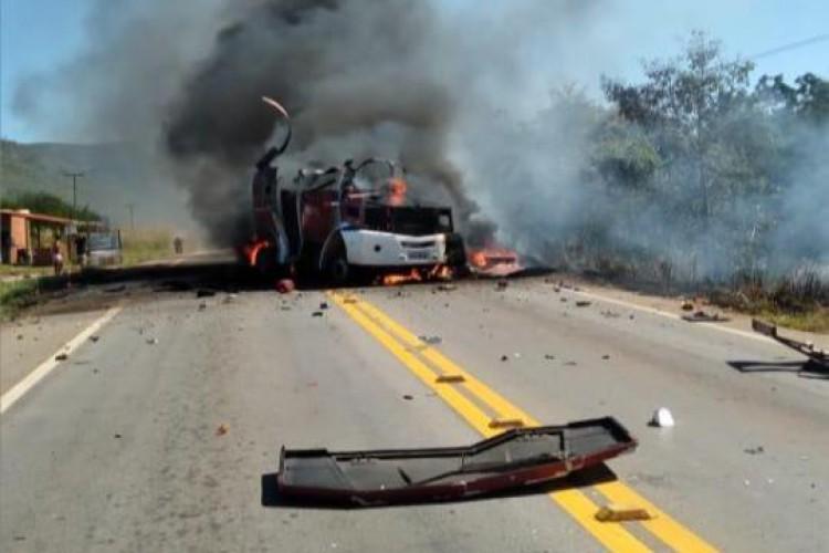 O carro ficou em chamas após ser explodido em um assalto  (Foto: Reprodução)