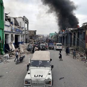 Escombros em Porto Príncipe após o terremoto de 2010