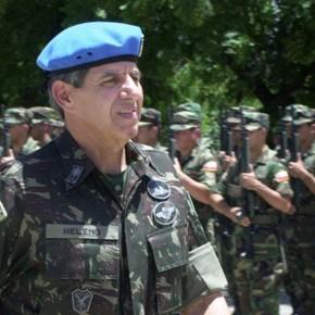 General Augusto Heleno, hoje ministro-chefe do GSI, quando comandou as forças de paz da ONU no Haiti, em 2004.
