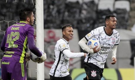 Corinthians visita hoje a Chapecoense pelo Brasileirão; veja onde assistir ao vivo à transmissão, prováveis escalações e qual horário do jogo