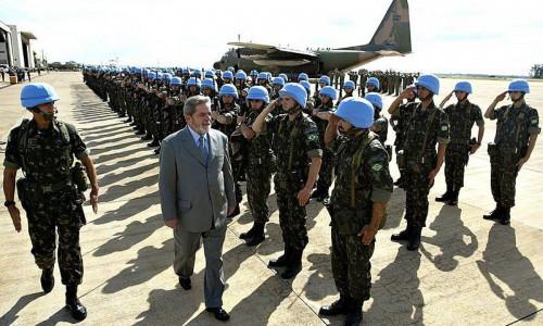 Ex-presidente Lula visita tropas brasileiras atuantes na MINUSTAH em 2004