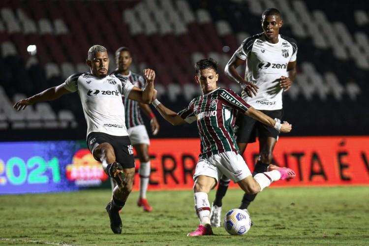 Volante Fernando Sobral marca atacante Biel no jogo Fluminense x Ceará, em São Januário, pelo Campeonato Brasileiro Série A (Foto: LUCAS MERÇON / FLUMINENSE F.C.)