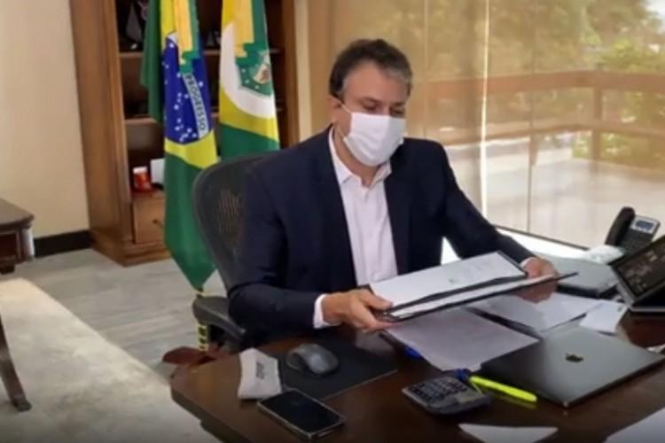 Camilo com o memorando de entendimentos em mãos. (Foto: Reprodução Facebook)