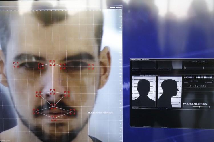 Demonstração de software que o Disque Denúncia passa a utilizar em parceria com The Staff of Security, em que compartilha seu banco de dados de foragidos da justiça com câmeras de segurança que utilizam sistema de reconhecimento facial. (Foto: Fernando Frazão/Agência Brasil)