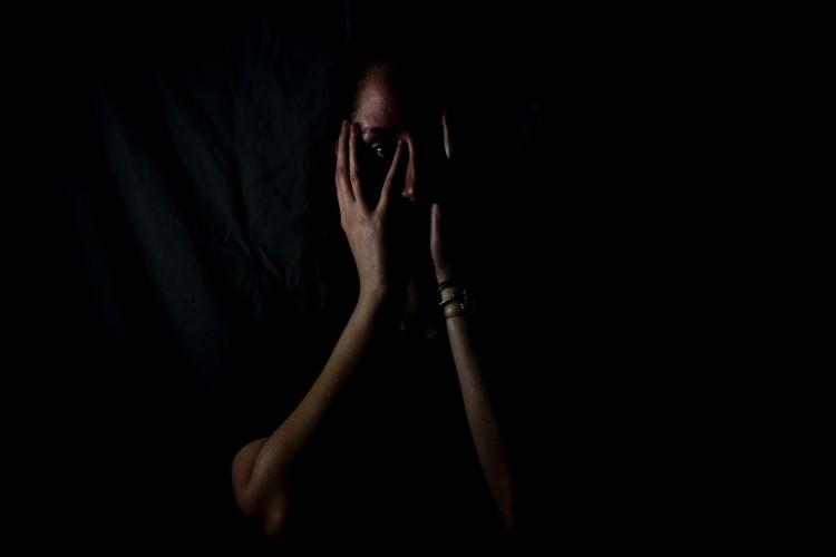 O agressor tende a usar a violência psicológica para controlar as ações da vítima e afastá-la do convívio social, dificultando a tentativa da vítima de conversar com alguém, seja por medo ou vergonha  (Foto: Reprodução/Unsplash)