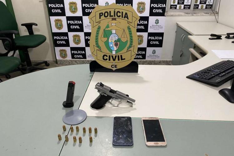 Arma, munições e celulares foram apreendidos em uma residência no bairro Jangurussu (Foto: Foto: Polícia Civil do Ceará)