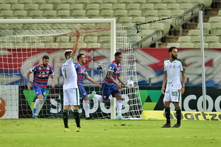 Atacante David comemora gol no jogo Fortaleza x América-MG, na Arena Castelão, pelo Campeonato Brasileiro Série A (Foto: Aurélio Alves/O POVO)