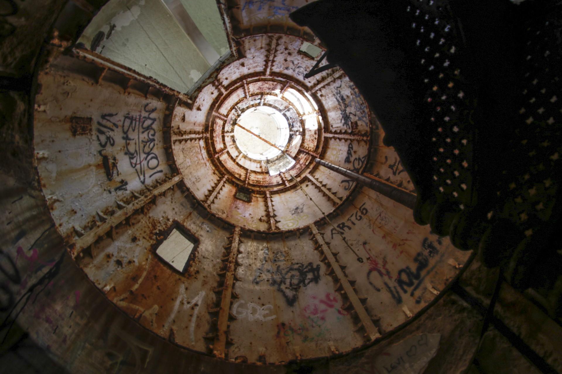 Interior degradado do Farol do Mucuripe(Foto: Thais Mesquita)