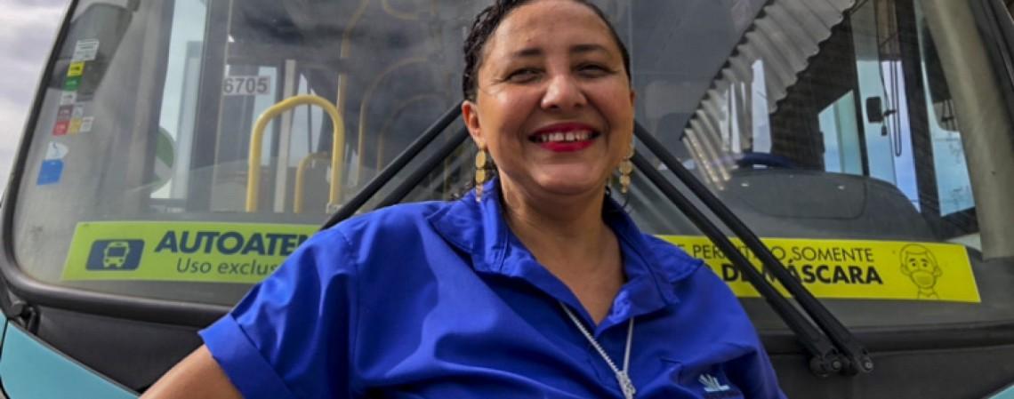 Benemaria é motorista de ônibus e ficou conhecida pela gentileza com as pessoas (Foto: Thais Mesquita)