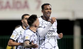 Atacante Jô comemora gol no jogo Chapecoense x Corinthians, na Arena Condá, pelo Campeonato Brasileiro Série A