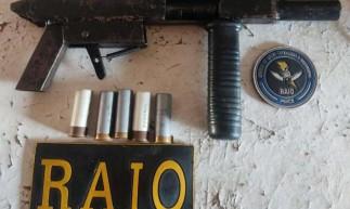 Uma arma artesanal  e munições foram encontrados pela Polícia Militar em uma mochila em Caucaia