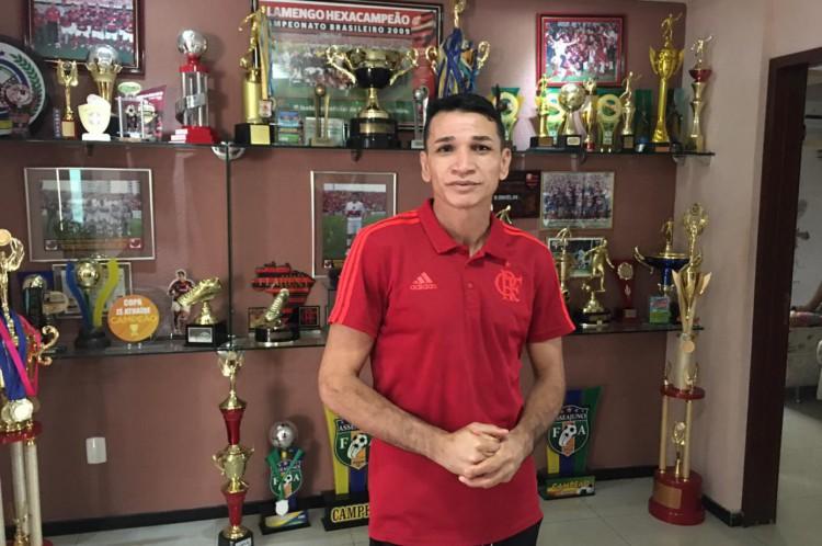 Ronaldo Angelim coleciona troféus e medalhas em sua casa, em Juazeiro do Norte(Foto: Luciano Cesário)