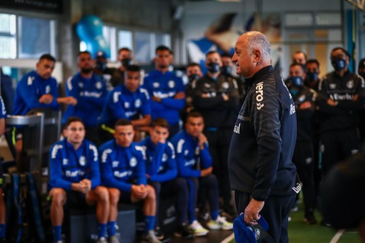 Técnico Luiz Felipe Scolari, o Felipão, é apresentado aos jogadores do Grêmio antes do treino da manha desta sexta-feira, no CT Luiz Carvalho, e já comanda seu primeiro trabalho como novo treinador do clube, na preparação para o Campeonato Brasileiro 2021 (Foto: Lucas Uebel/Grêmio FBPA)