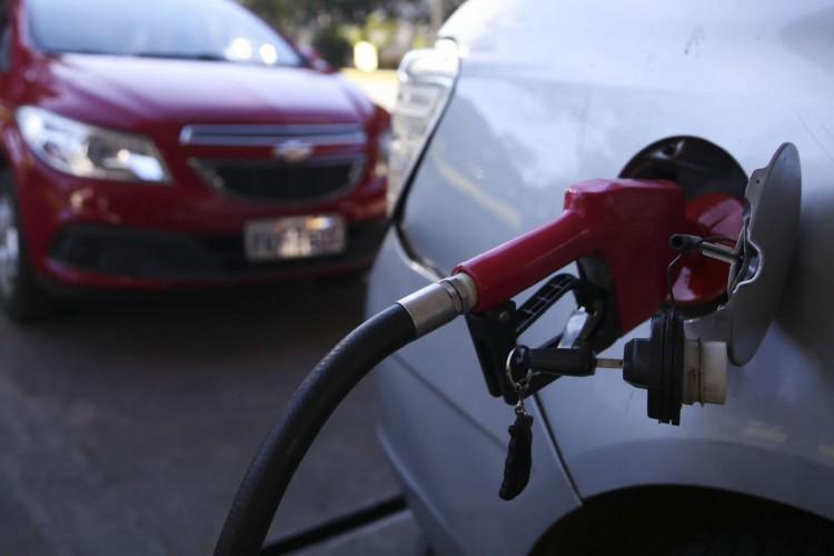 Posto de combustíveis do DF vende gasolina com desconto no Dia de Liberdade de Impostos. (Foto: José Cruz/Agência Brasil)