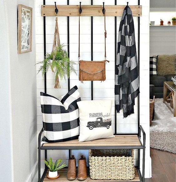 Estilo de decoração na sala com cabideiro e um local para sapatos (Foto: Blog Pam Lepletier)
