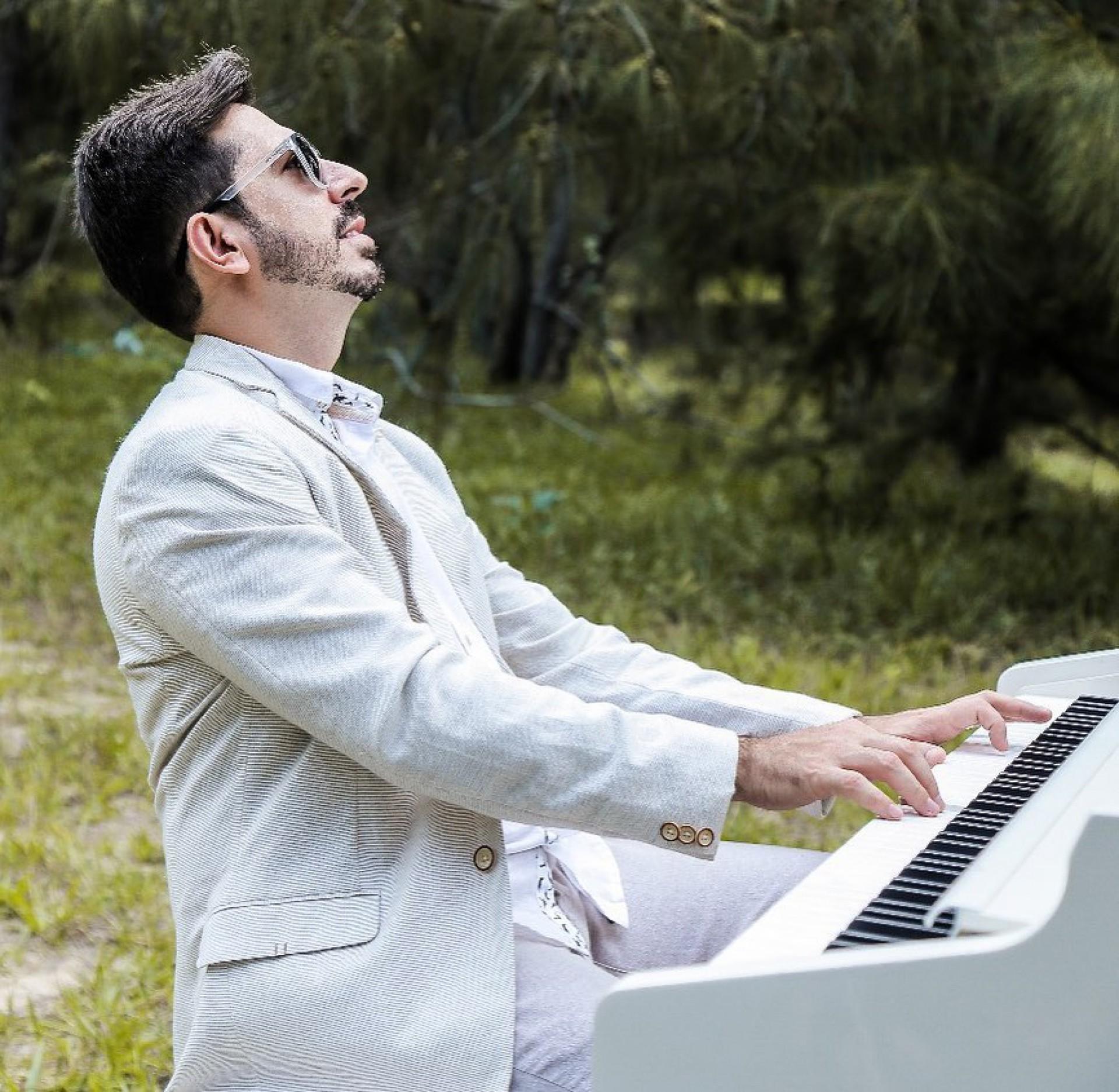 A música de Felipe Adjafre continua desenvolvendo na cidade a alegria. São muitos os projetos realizados durante esta Pandemia. O último pode ser curtido amanhã. Na Praça BS, das 17 às 18h30min, sempre às terças e quintas-feiras, Felipe faz desfilar um repertório musical apaixonante