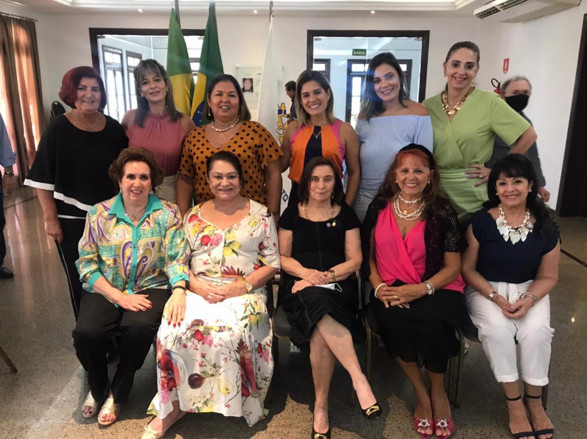 O grupo feminino de damas rotárias com as rotarianas (Foto: Divulgação)