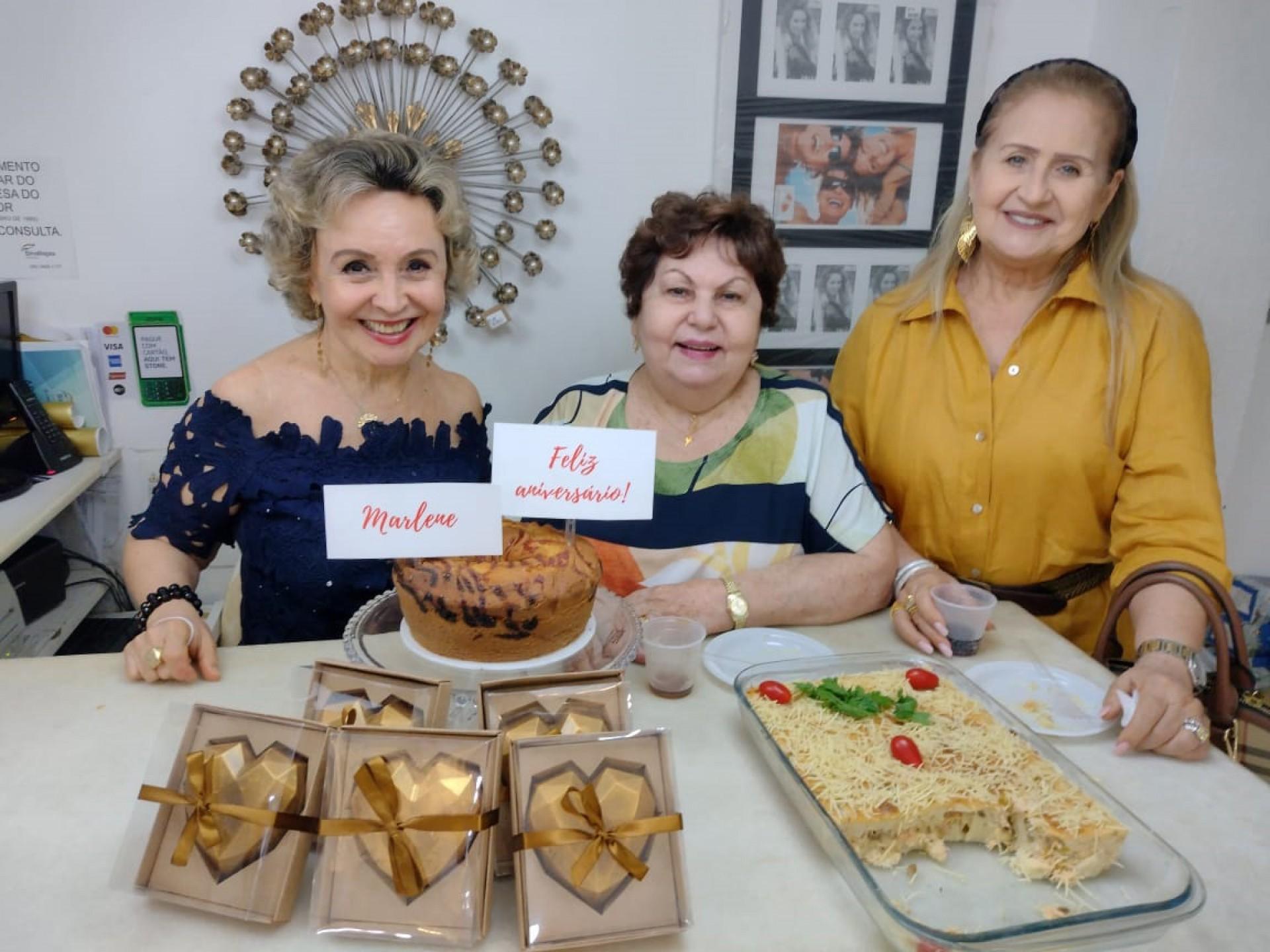 Marlene Daher, na foto com as amigas Maria Vanda Sá e Regina Fiúza Ximenes, ganhou das duas festejos pela sua troca de idade, na loja de presentes de Maria Vanda. Tudo com as cores do carinho