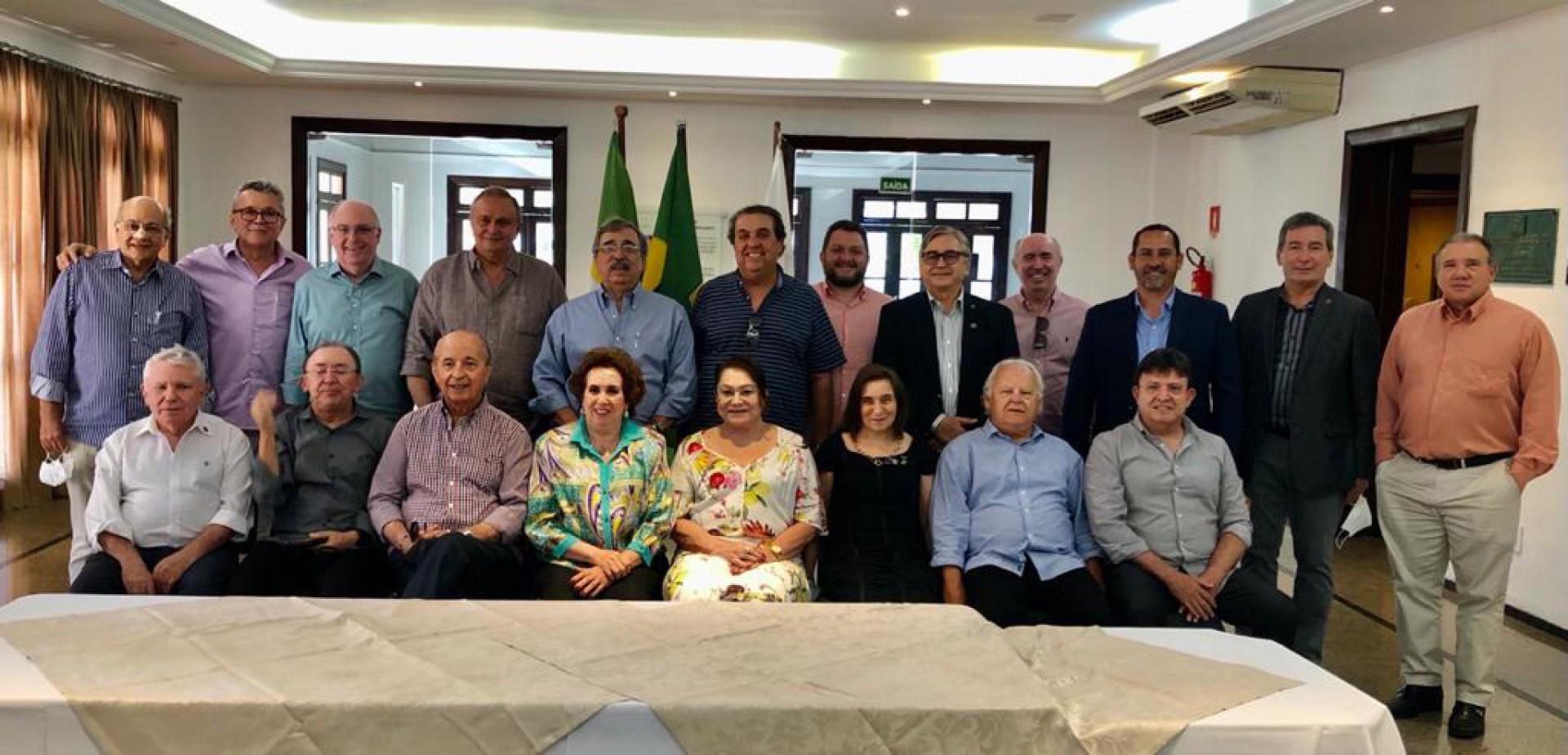 Edite Bringel entre os integrantes do RC Fortaleza Planalto