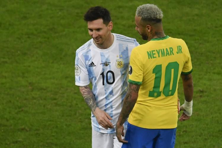 O argentino Lionel Messi (L) e o brasileiro Neymar brincam durante a partida final do torneio de futebol Conmebol 2021 da Copa América no Estádio do Maracanã, no Rio de Janeiro, Brasil, em 10 de julho de 2021. (Foto: MAURO PIMENTEL / AFP). (Foto: MAURO PIMENTEL / AFP)