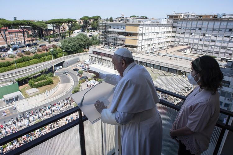 Uma fotografia tirada e divulgada pela mídia do Vaticano em 11 de julho de 2021 mostra o Papa Francisco conduzindo a oração da varanda de seu quarto, no Hospital Gemelli, em Roma, onde ele estava se recuperando (Foto: Handout / VATICAN MEDIA / AFP)