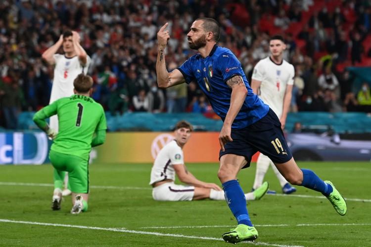 O defesa italiano Leonardo Bonucci comemora o primeiro golo da equipa durante o jogo de futebol da final do UEFA EURO 2020 entre Itália e Inglaterra, no Estádio de Wembley, em Londres, a 11 de julho de 2021. (Foto de Paul ELLIS / POOL / AFP). (Foto: Paul ELLIS / POOL / AFP)