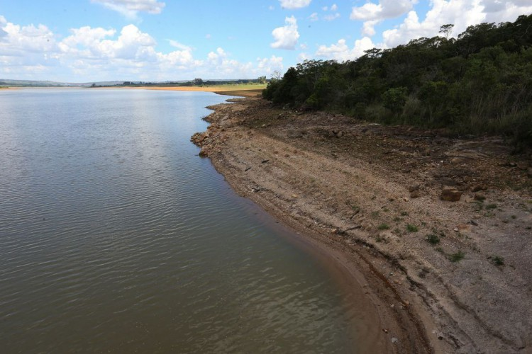 Brasília - Lago da barragem de Santo Antonio do Descoberto, que abastece boa parte das cidades satélite da capital, está com o nível de água bem abaixo do esperado (Fabio Rodrigues Pozzebom/Agência Brasil) (Foto: Fabio Rodrigues Pozzebom/Agência Brasil)