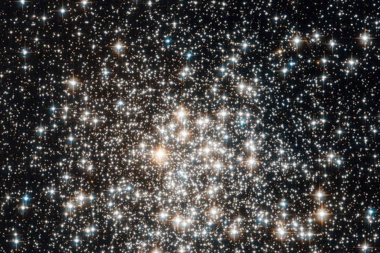 The NASA/ESA Hubble Space Telescope has captured a crowd of stars that looks rather like a stadium darkened before a show, lit only by the flashbulbs of the audience (Foto: ESA/Hubble & NASA)