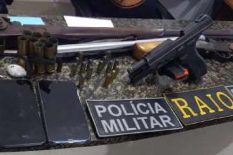 Material apreendido pela PM durante ofensiva policial que resultou na prisão de quatro pessoas na noite deste sábado, 10, em Redenção (Foto: divulgação)