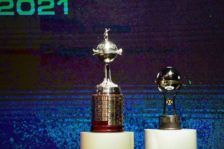 Taças da Copa Libertadores e da Copa Sul-Americana 2021 na sede da Conmebol, no Paraguai (Foto: Staff images /CONMEBOL)