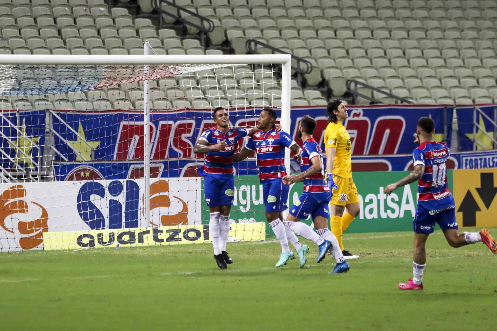 Robson (à esquerda) conseguiu vencer a defesa do Corinthians, a menos vazada da Série A, no primeiro tempo (Foto: Fabio Lima)
