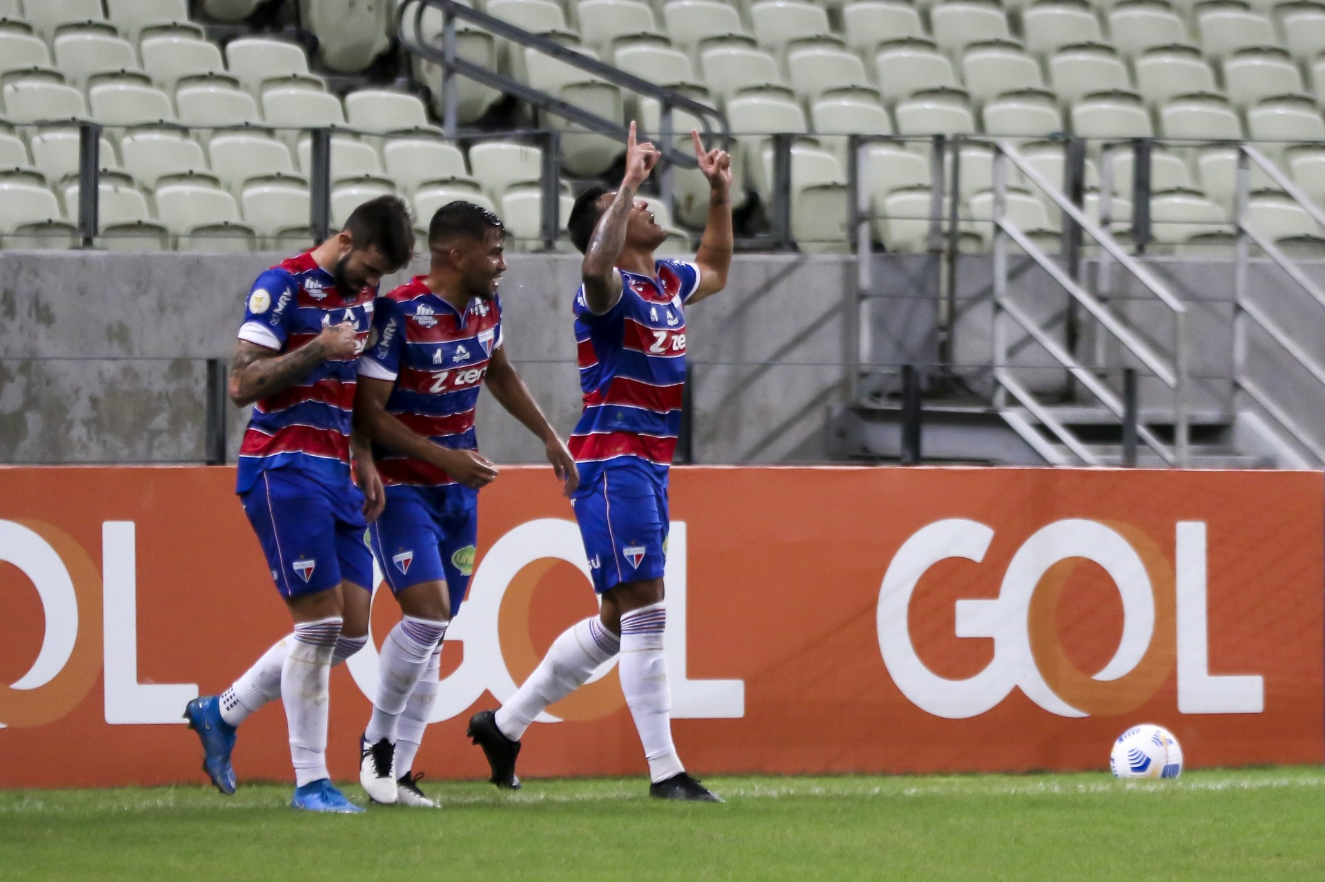 Robson, jogador do Fortaleza, comemora seu gol com jogadores do seu time durante partida contra o Corinthians pelo campeonato Brasileiro 2021 (Foto: Fabio Lima / Jornal O POVO)