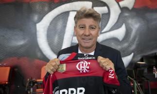 Técnico Renato Gaúcho posa para foto com a camisa do Flamengo