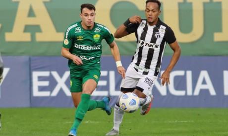 Lateral-esquerdo Bruno Pacheco disputa bola no jogo Cuiabá x Ceará, na Arena Pantanal, pelo Campeonato Brasileiro Série A