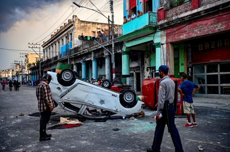 Carros da Polícia são virados em protesto contra ditadura cubana em Havana, em 11 de julho de 2021