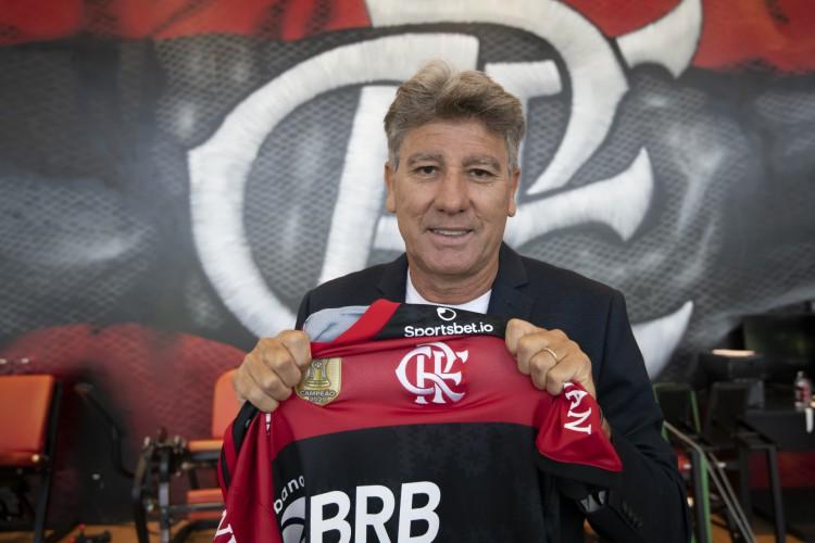 Técnico Renato Gaúcho posa para foto com a camisa do Flamengo (Foto: Foto: Alexandre Vidal / Flamengo)