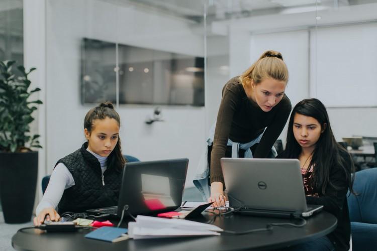 Ao concluírem o curso, os estudantes passam a integrar bancos de talentos de empresas (Foto: JABrasil/Reprodução)