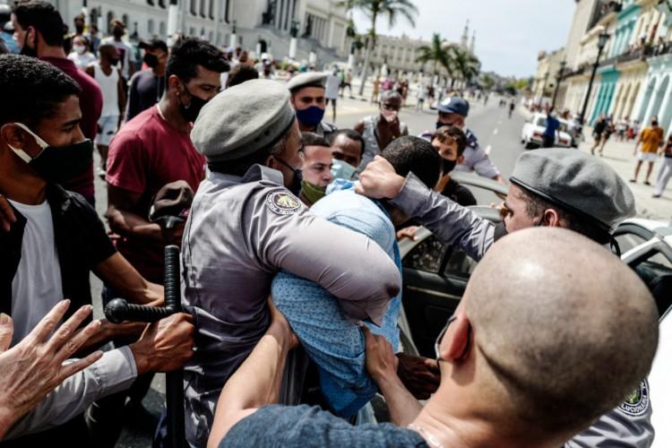 Manifestantes cubanos ocupam as ruas para protestar contra governo: https://bit.ly/3kbdEkr Manifestantes cubanos ocupam as ruas para protestar contra governo.  (Foto: (Fotos: Yamil Lage e Adalberto Roque/AFP))