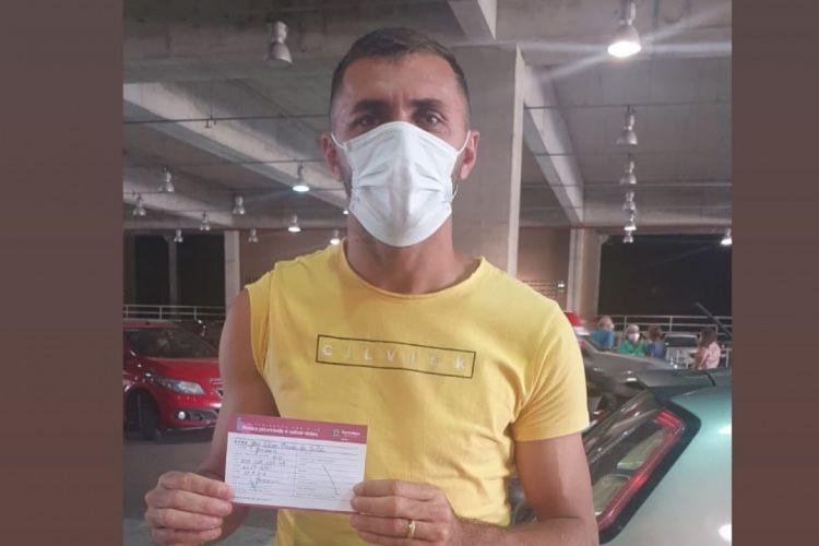 Edson Cariús exibe cartão de vacinação atualizado após receber imunizante contra a Covid-19 (Foto: REPRODUÇÃO)