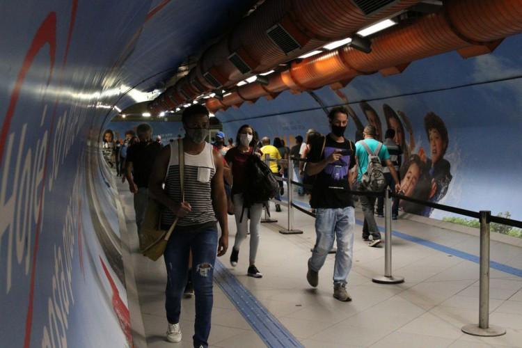 São Paulo - Usuários do transporte público na passagem subterrânea entre as estações Consolação e Paulista do metrô durante a fase emergencial da pandemia de covid-19. (Foto: Rovena Rosa/Agência Brasil)