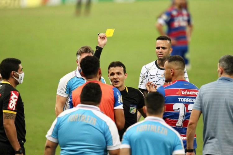 Caio Max, árbitro de Fortaleza e Corinthians, impossibilitou que o Leão fizesse duas trocas alegando