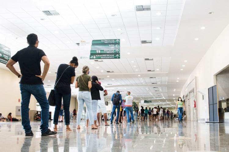 Público geral, de 18 a 59 anos, e demais grupos prioritários no Estado seguem sendo vacinados no Centro de Eventos, um dos pontos de aplicação da vacina em Fortaleza (Foto: Fernanda Barros)