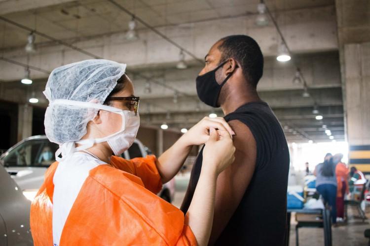Público geral, de 18 a 59 anos, e demais grupos prioritários no Estado seguem sendo vacinados. Na foto, vacinação ocorre na modalidade Drive Thru, em um dos pontos de aplicação da vacina em Fortaleza  (Foto: Fernanda Barros)