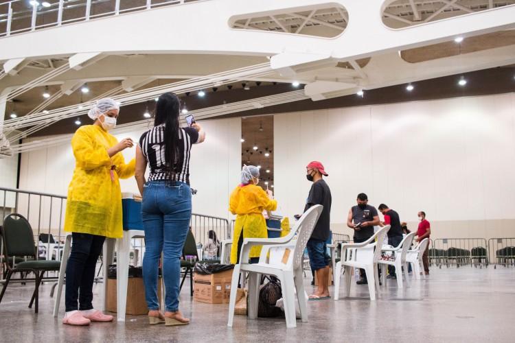 Público geral, de 18 a 59 anos, e demais grupos prioritários no Estado seguem sendo vacinados. Na foto, vacinação ocorre no Centro de Eventos, um dos pontos de aplicação da vacina em Fortaleza  (Foto: Fernanda Barros)