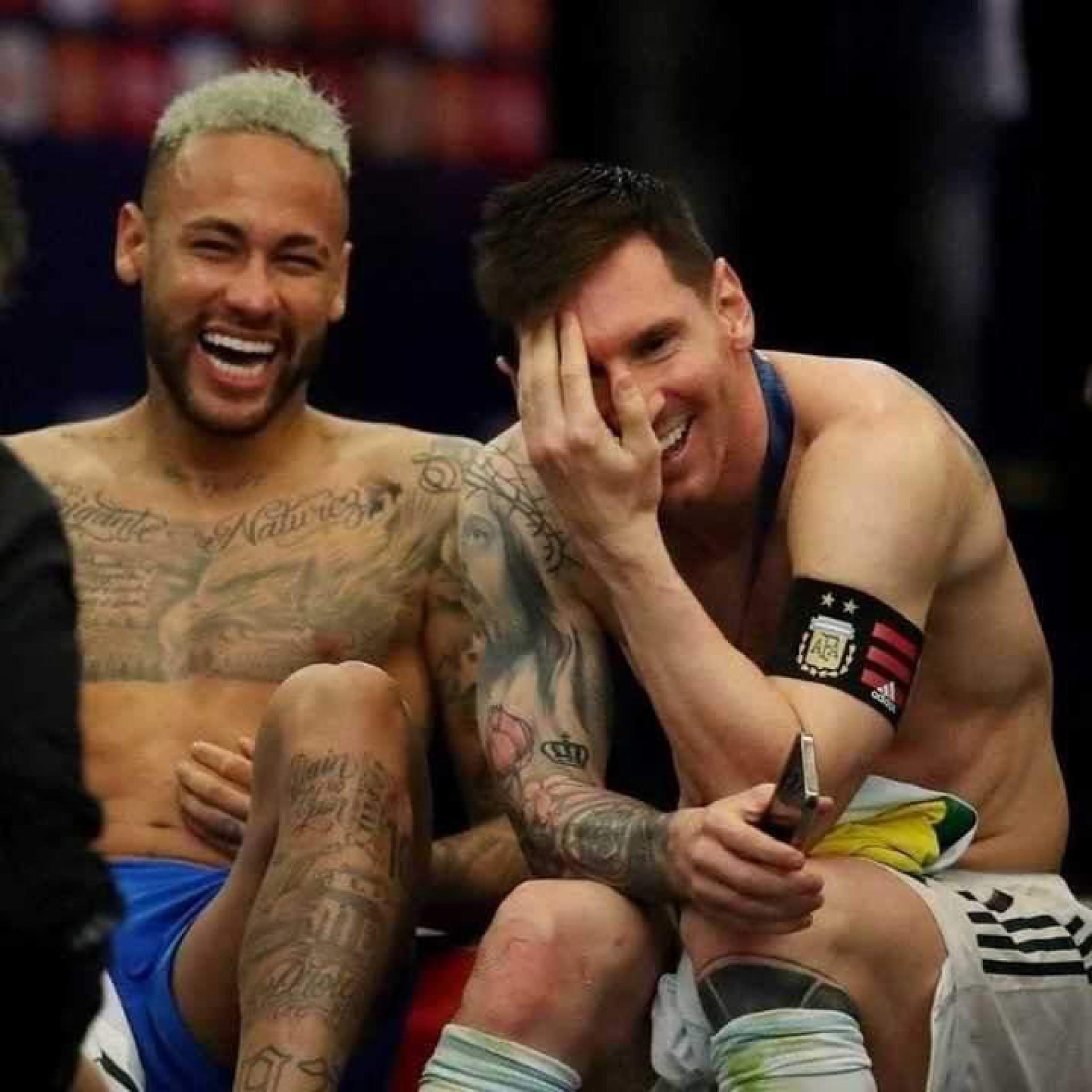 Pelo que vale a pena. Os jogadores Neymar e MessI, que em seus  respectivos times Brasil e Argentina, disputaram a EuroCopa 2021, eram no gramado dois adversários, mas depois do jogo terminar, a dupla, lá no vestuário (cenário desta foto), se curtiu provando que a amizade é mais forte que uma disputa esportiva (Foto: Reprodução/Twitter)